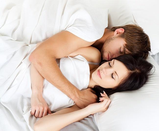 © Depositphotos  Незабудьте поцеловать любимого перед сном инесколько минут полежать вобним