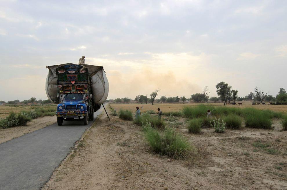 4. Основными сюжетами при украшательстве грузовиков считаются романтические сельские ландшафты (тоск