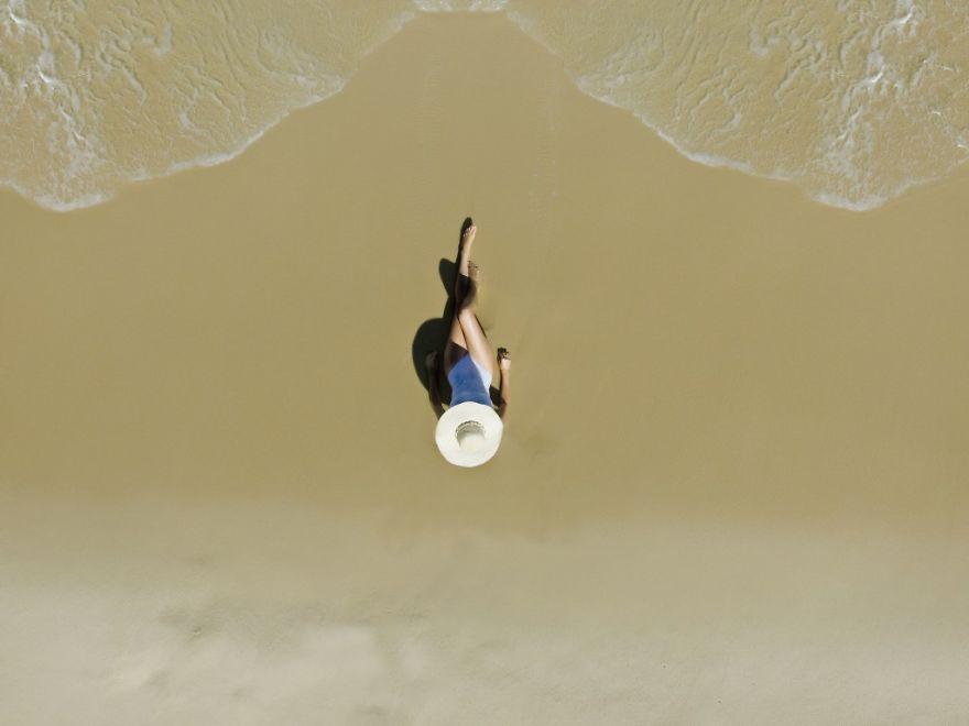 Девушка на пляже Рио-де-Жанейро. Автор фото: marihenud.