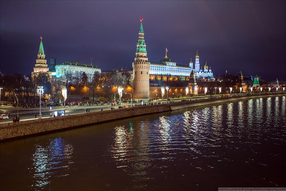 Гости и москвичи гуляют к метро по Кремлевской набережной - после фейерверка её открыли для всех.