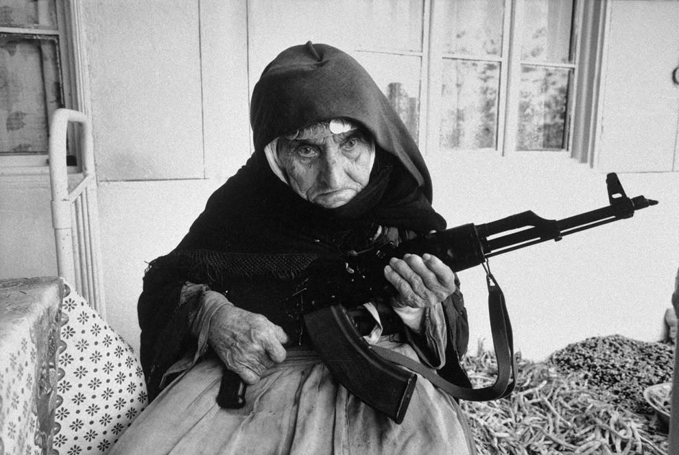 11. 106-летняя армянка охраняет дом, 1990 год.