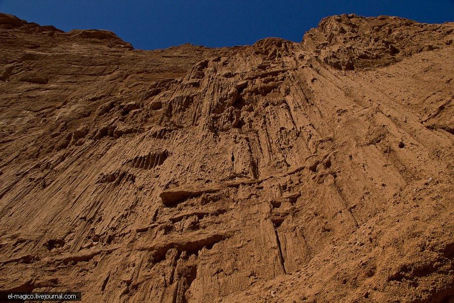Каньоны называют эоловыми. Эол — бог ветров, значит имеется ввиду, что каньоны выдувались ветром.