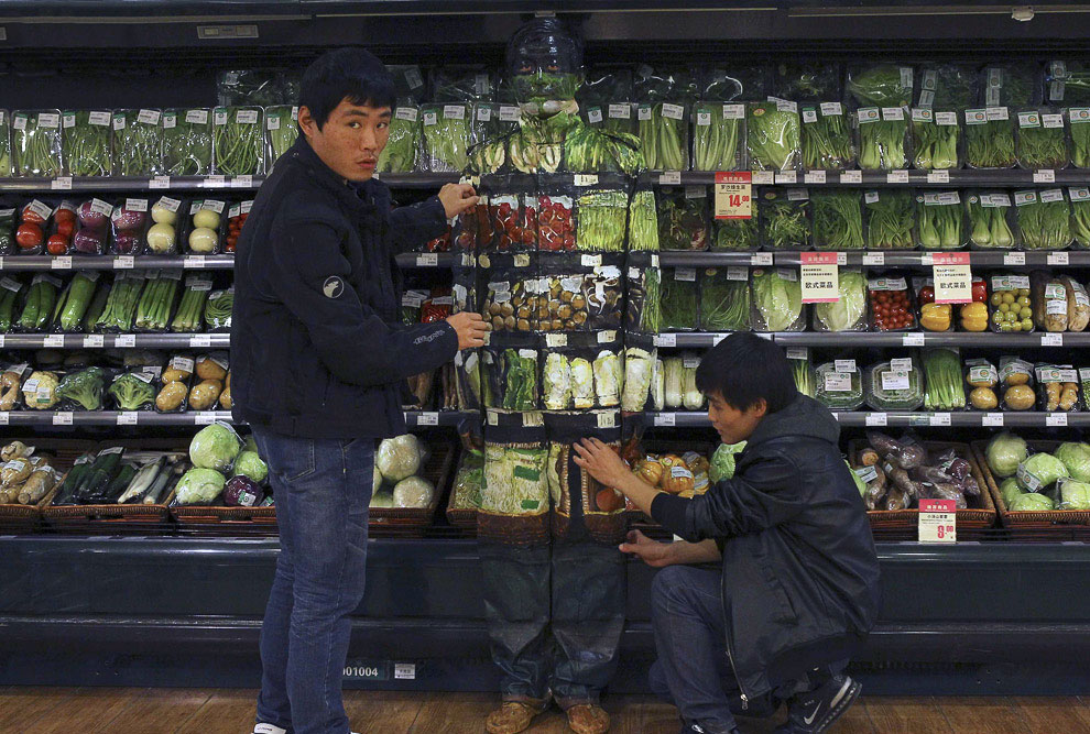 Многие часы работы позади. Конечный результат в отделе с овощами. (Фото China Daily | Reuters):