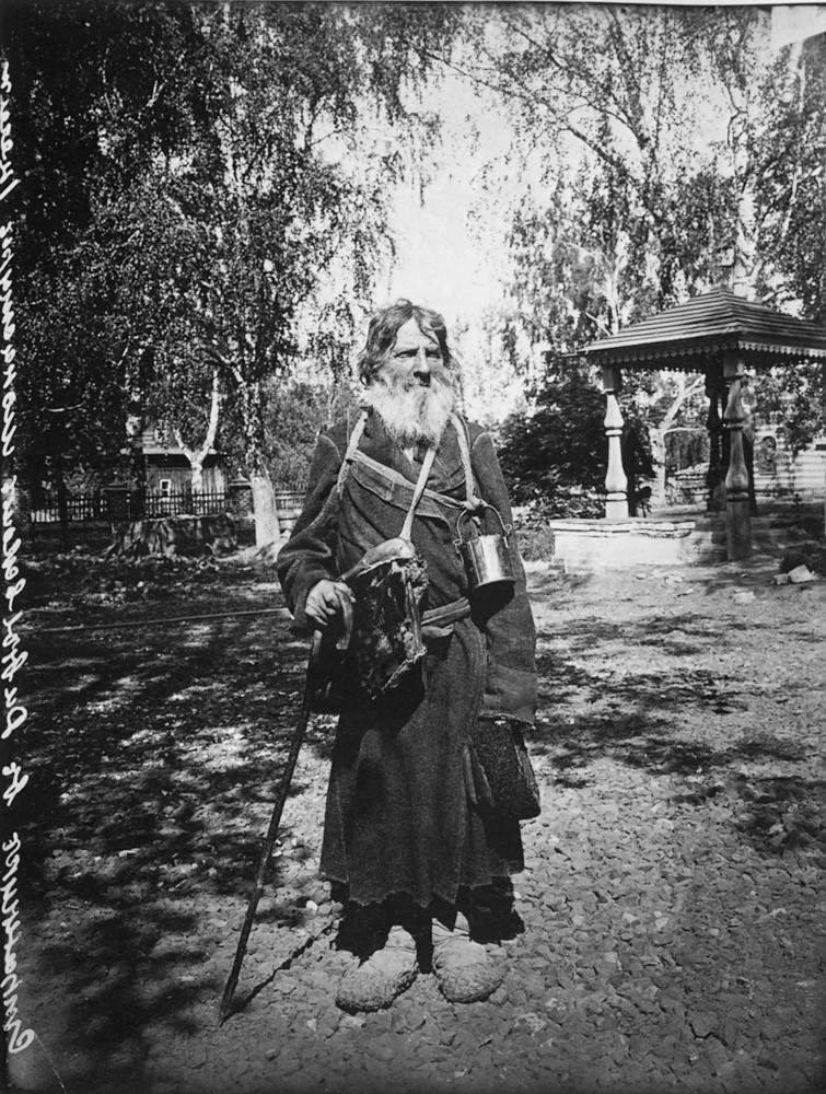 13. Странник в Серафимо-Дивеевском женском монастыре. 1904 г. Негатив 18×24с