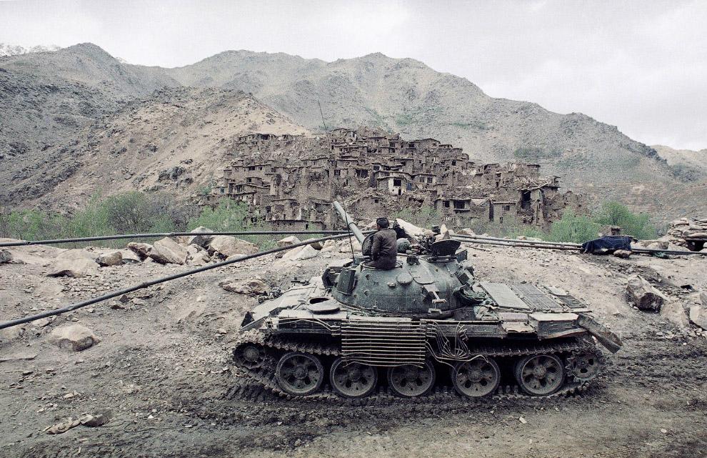 16. Моджахеды в 10 километрах от Герата, поджидают советский конвой, 15 февраля 1980. (Фото AP Photo