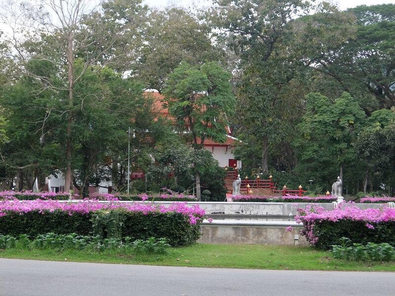 Чиангмай - Университет - Здание на въезде