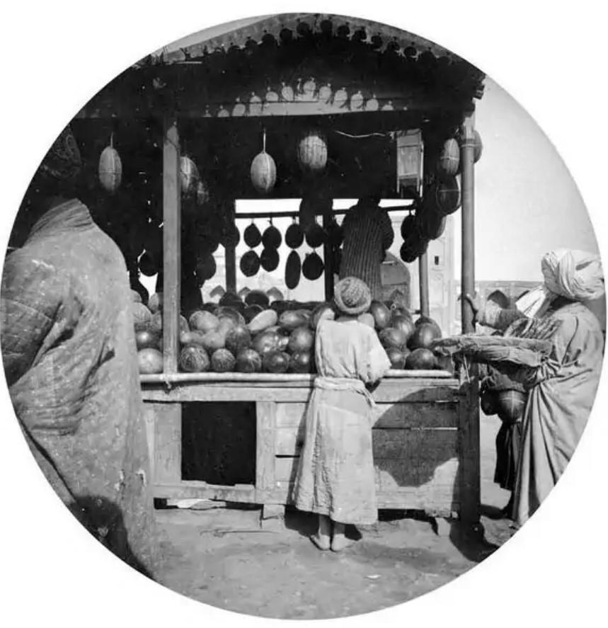 Бахчевая лавка напротив медресе Тилля-Кари