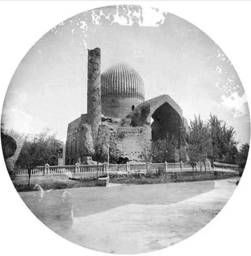 У мавзолея Гур-Эмир