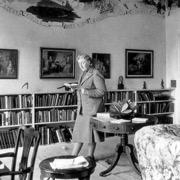 писательница в кабинете