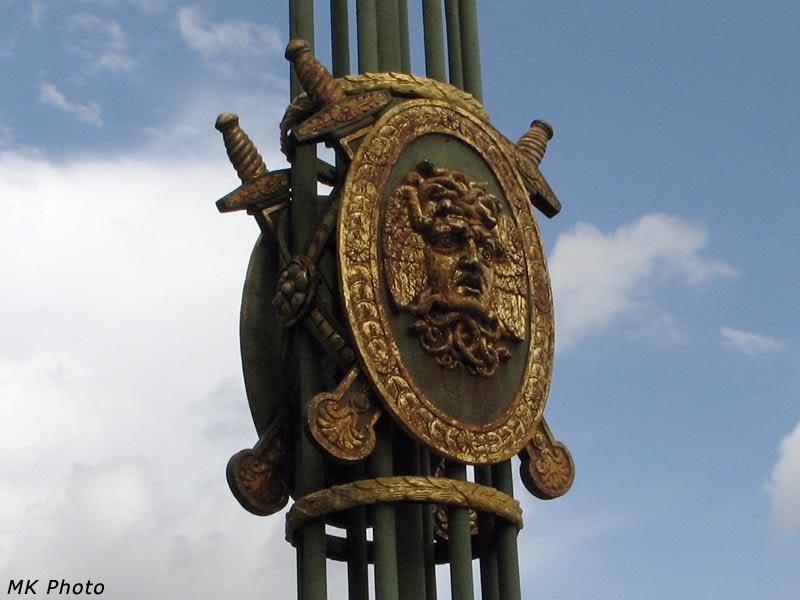 Голова Медузы на фонарном столбе