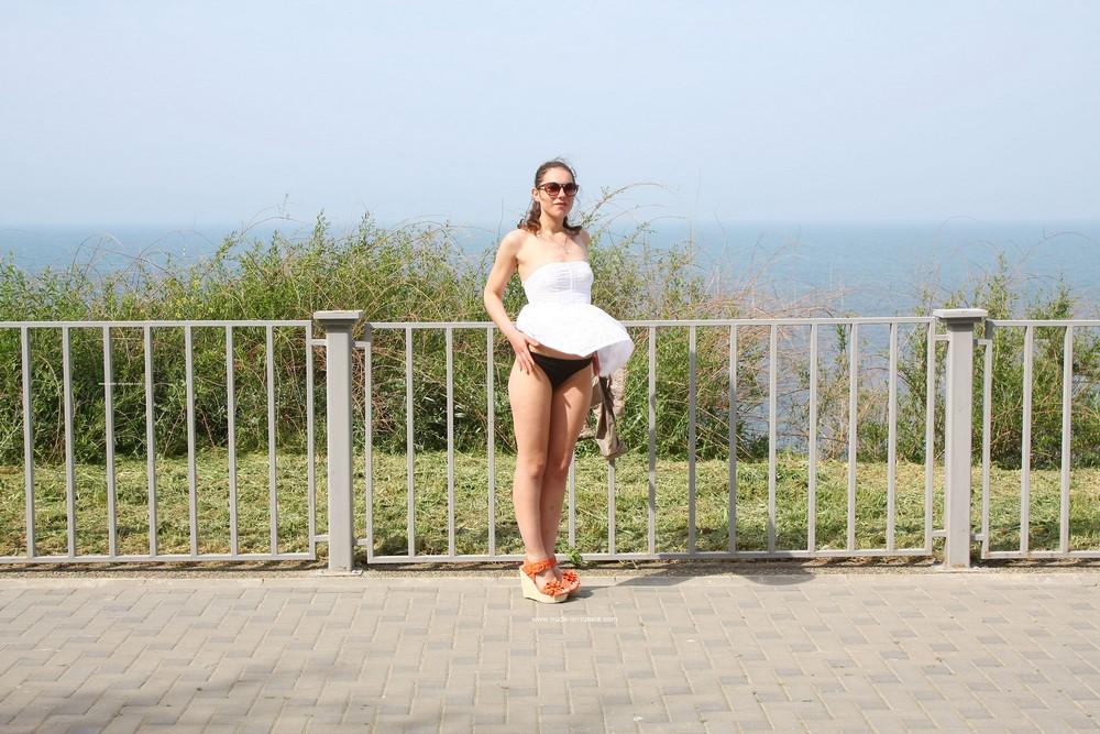Алиса хулиганит на набережной в Анапе