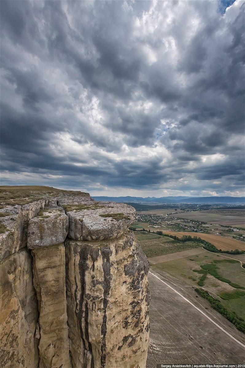 У подножия Белой скалы в 70-х годах было раскопано около 20 стоянок первобытного человека мустьерско