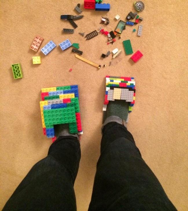 © Nick Harvey/twitter  Каждому родителю знакома таболь, когда голая нога встречается смалень