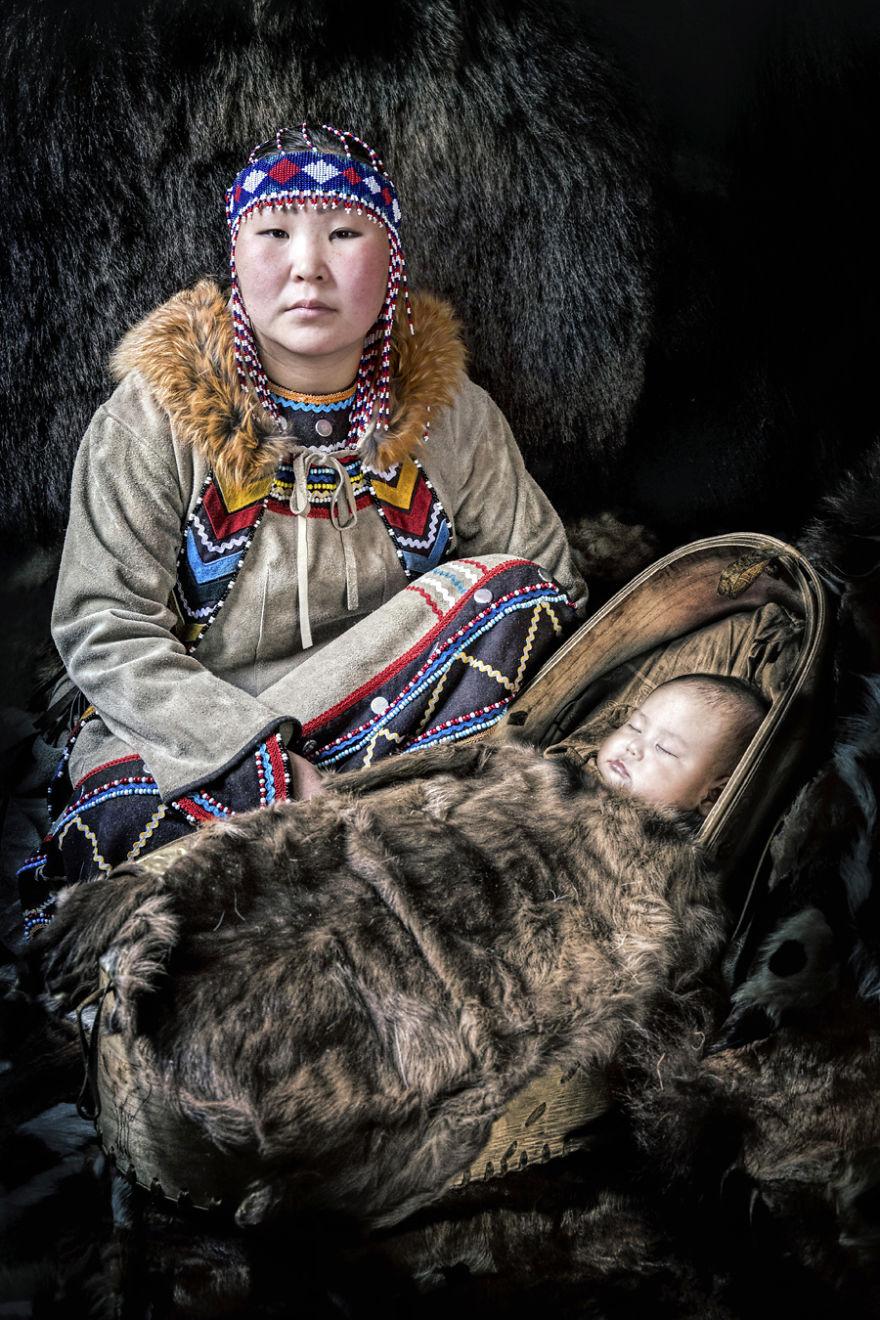 Эвенка с ребенком.