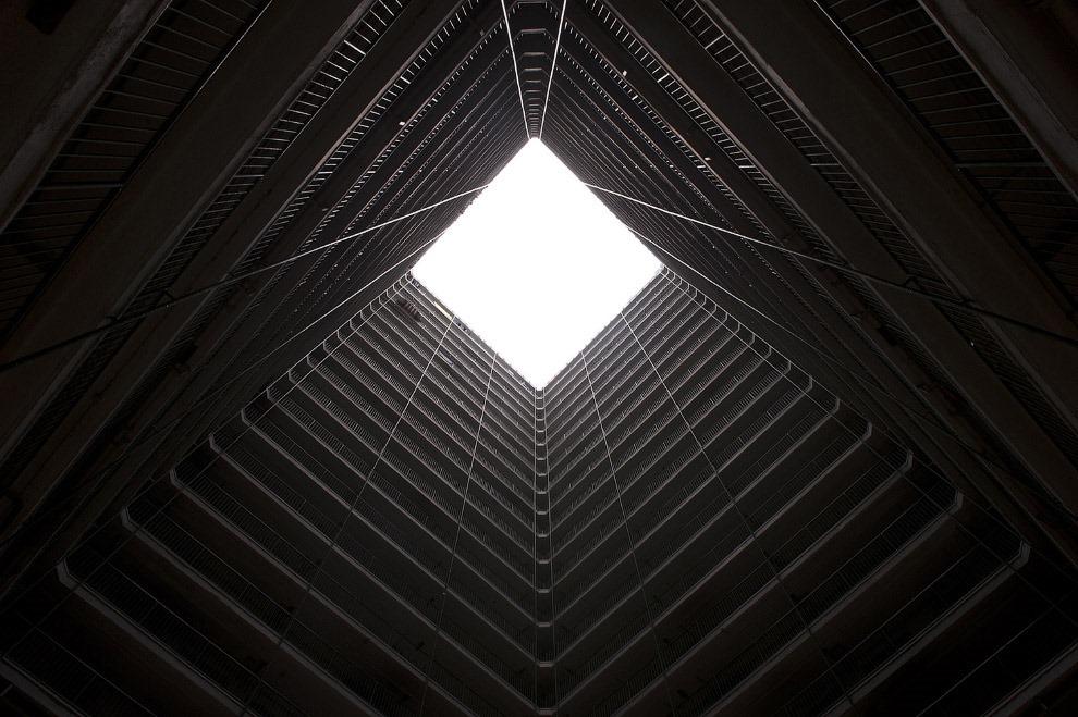 25. Бесконечные эскалаторы в торговом центре. (Фото Alex Ogle):