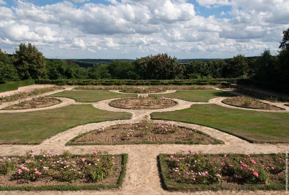 Вокруг замка раскинулся большой парк в английском стиле, на территории которого разбросаны голу