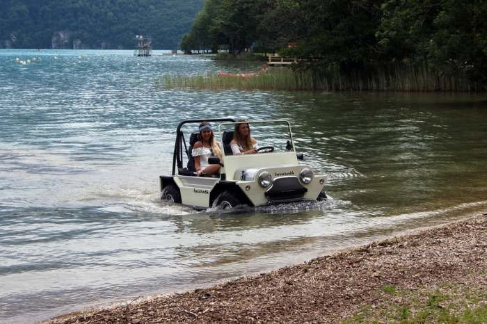 Освежит досуг. Отдельно следует отметить, что у Mini Moke алюминиевый кузов. На воде машина удержива