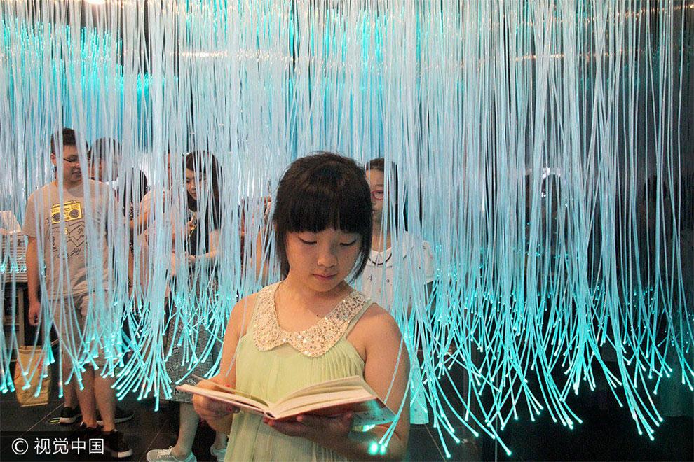 Пространство предназначено для того, чтобы дети могли взаимодействовать не только с книгами, но и др