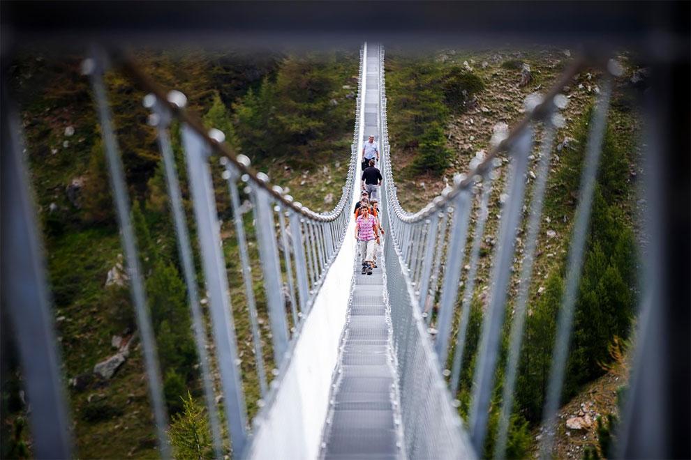 Мост держится на канатах общим весом около 8 тонн и оснащен системой против раскачивания.