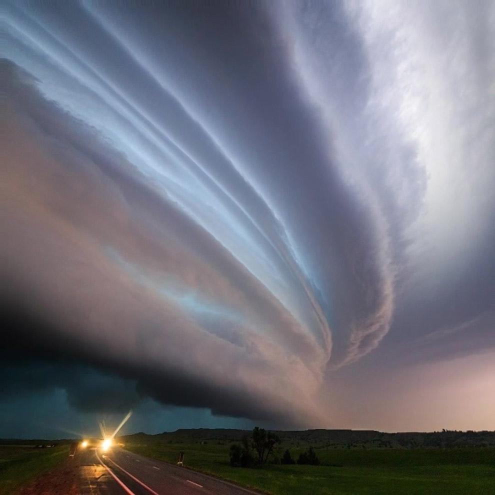 Смерч обычно возникает в грозовом облаке и тянется вниз, часто до самой поверхности земли, в ви