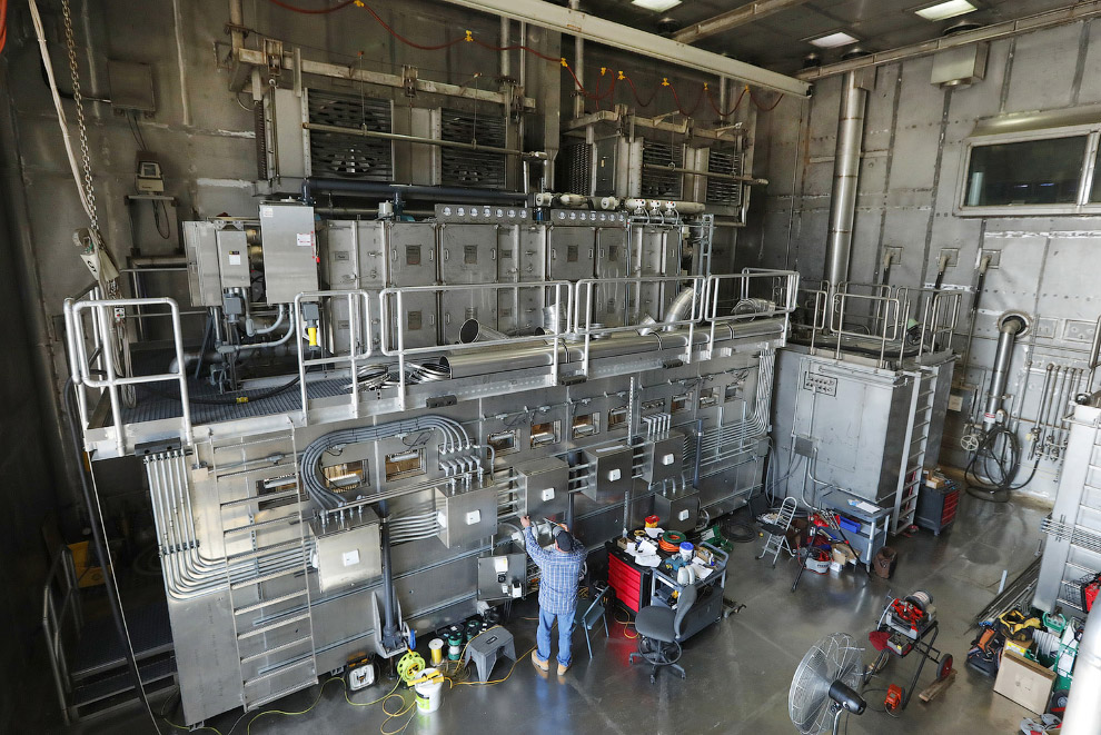 6. Помещение с большими вытяжными вентиляторами — камера для химических испытаний. (Фото George