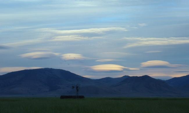 © Mathesont/flickr  Лентикулярные (линзовидные) облака— редкое иединственное всвоем роде яв