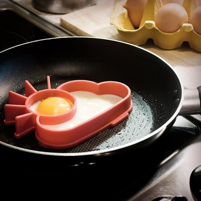 © animicausa  Веселая формочка для жарки яиц, скоторой завтраки станут еще вкуснее!  1. Но