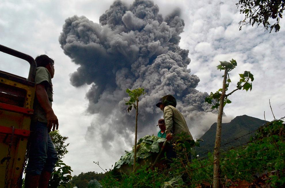 Вулкан Синабунг и молнии, 18 сентября 2013. (Фото Reuters   YT Haryono):