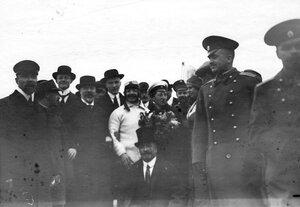 Летчик Адольф Пегу среди членов Императорского Всероссийского аэроклуба на аэродроме