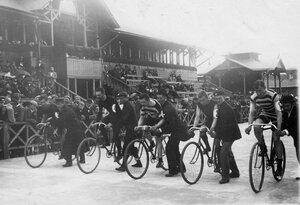 Велогонщики на старте перед началом соревнований на велодроме (Стрельна, Колония, Нарвское шоссе)