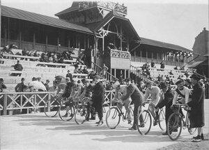 Гонщики на старте во время соревнований