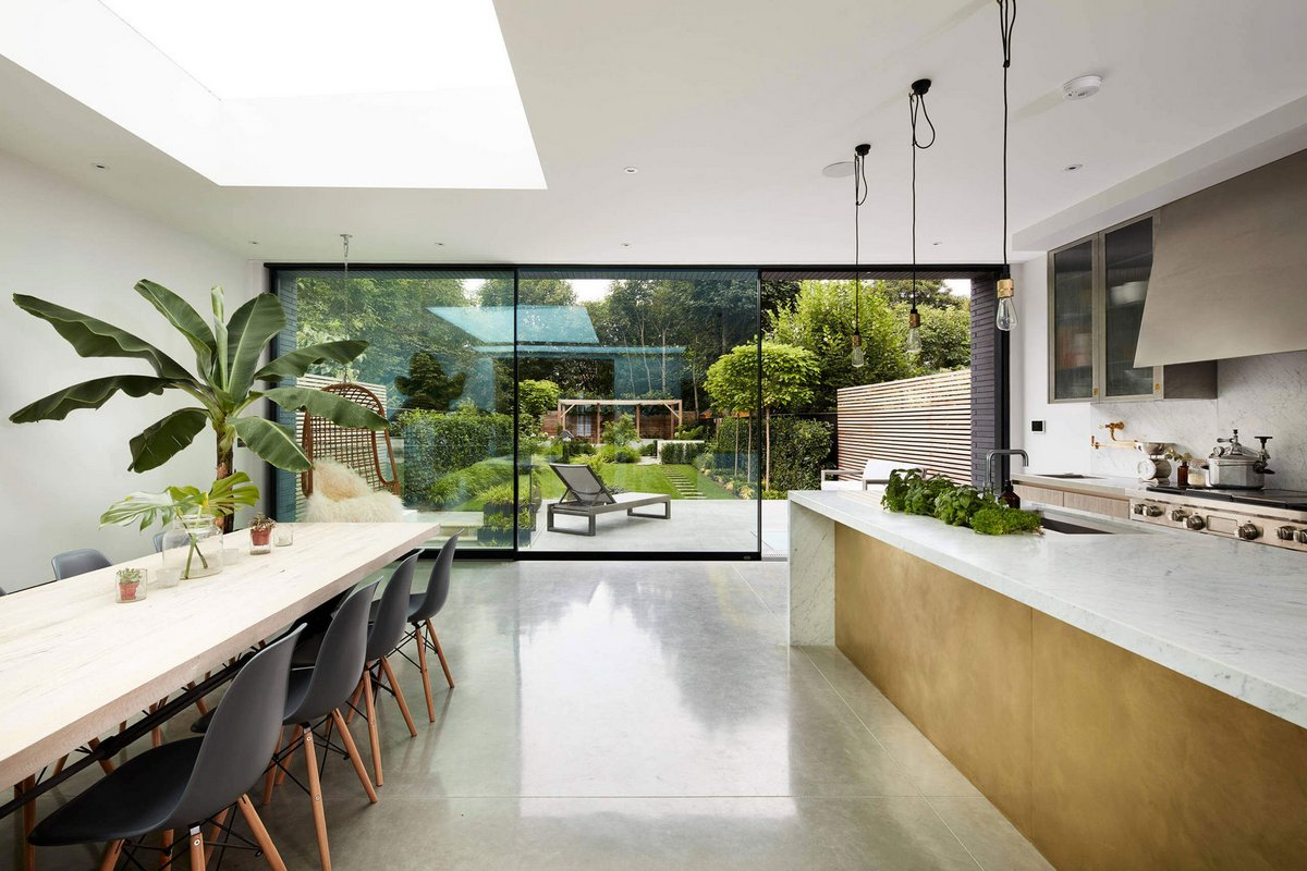 Стеклянные сдвижные двери в кухне