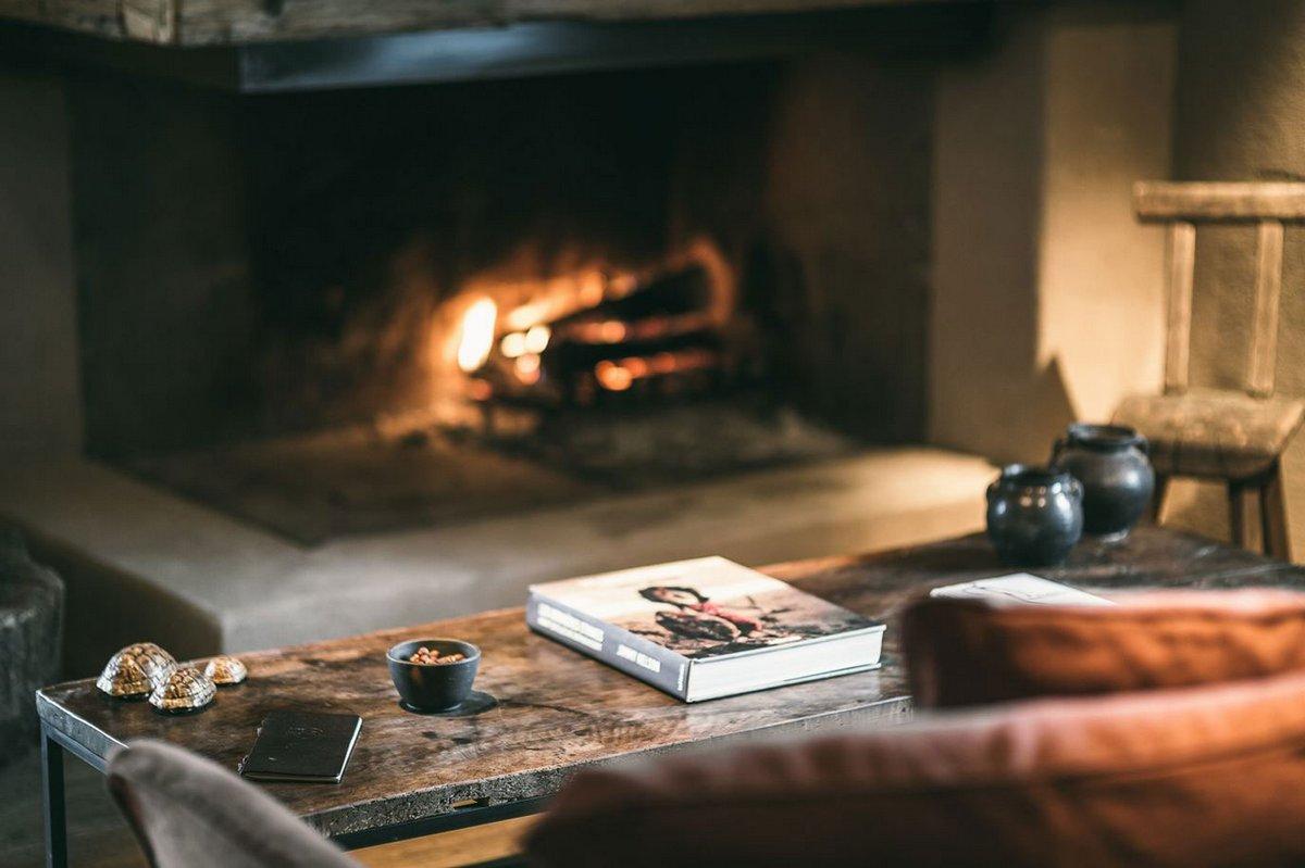 Уютная атмосфера с камином