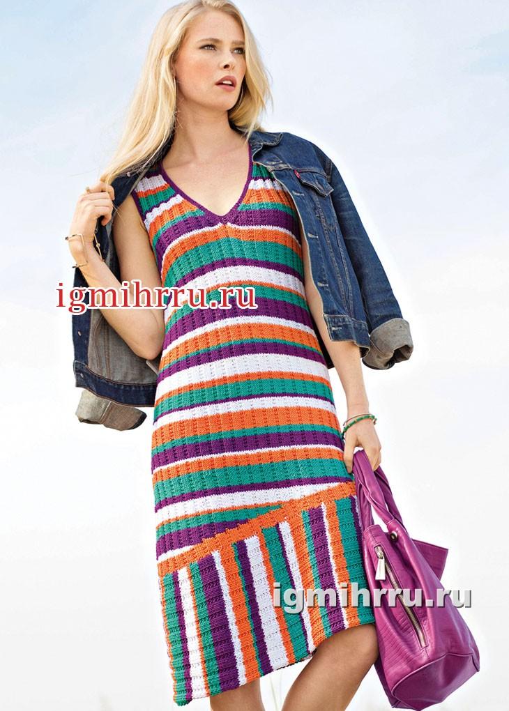 Платье с разноцветными полосками и скошенной линией низа. Вязание спицами