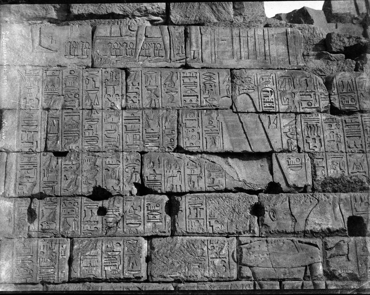 Карнак. Стена с барельефами и иероглифами