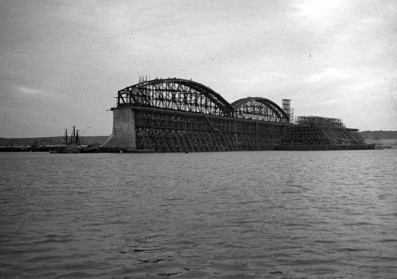 Возведение арок моста в районе Паратска