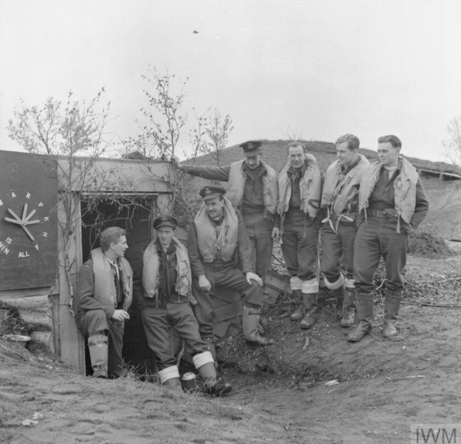 Пилоты 81-ой эскадрильи RAF возле землянки. Командир эскадрильи Э.Х.Рук стоит третьим слева