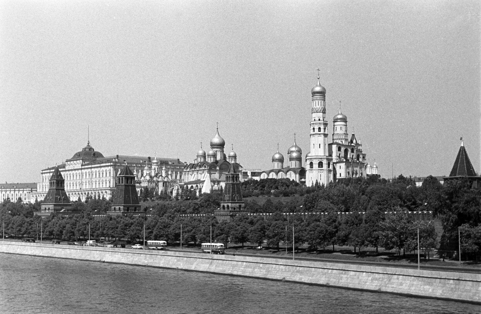 Вид с реки на южную часть Московского Кремля