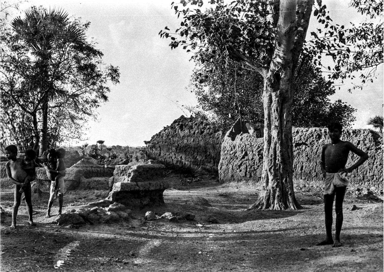 1368. Шантиникетано. Люди в заброшенной деревне