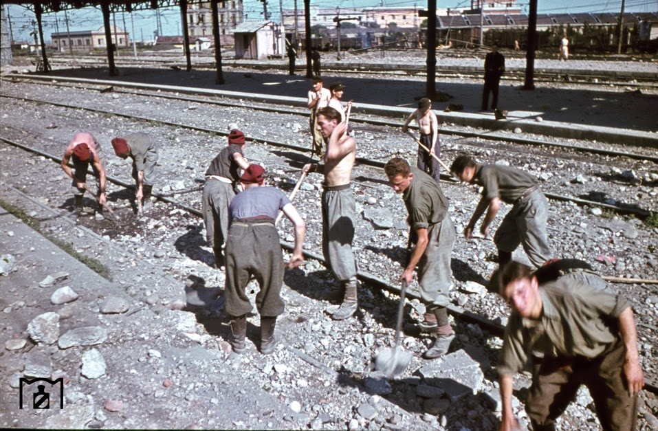 prisoners of war had to be removed with simple means the damage to the railway tracks in Verona.jpg