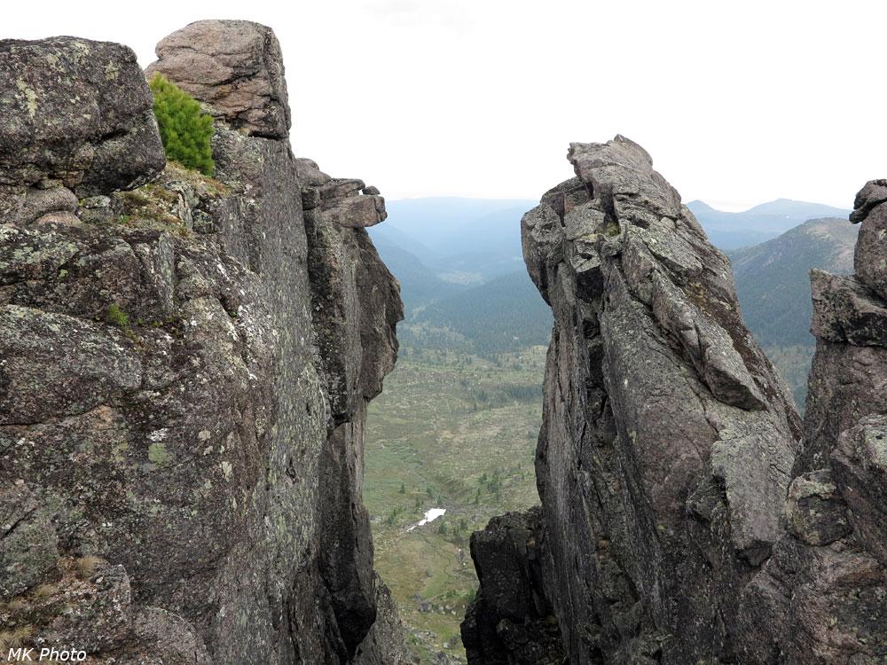 Взгляд сквозь скалы на долину Босана
