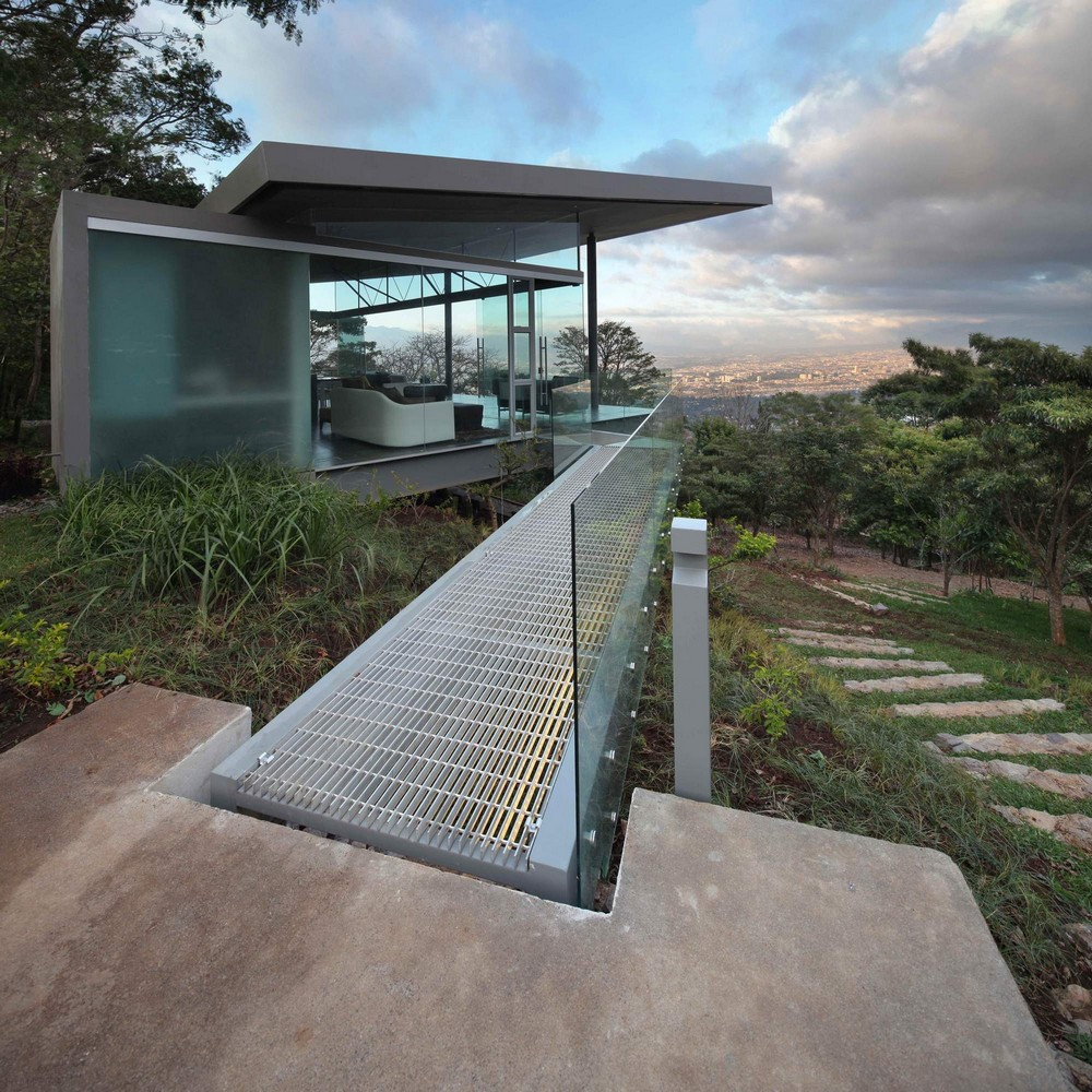 Стеклянный дом с видом на город Сан-Хосе в Коста-Рика