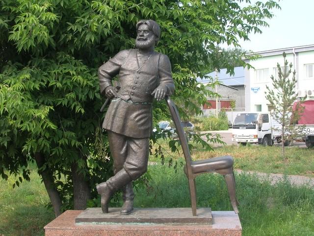 Памятник мебельщику!