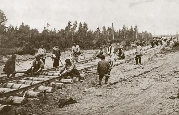 С днем железнодорожника. Укладка пути на Среднесибирской железной дороге в 1898 г