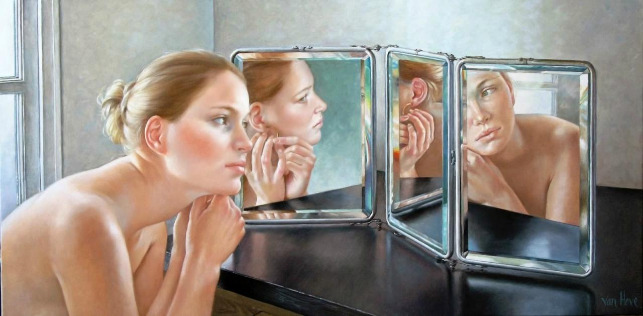 Женщина раздевается у зеркала писать
