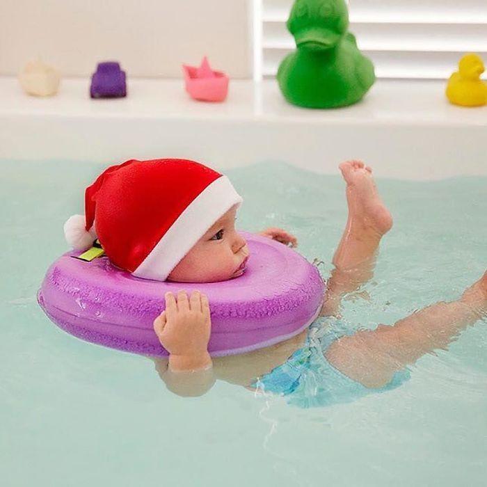 Такие упражнения и водные процедуры готовят малышей к занятиям плаванием и даже учат ходить.