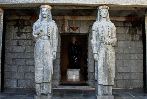 Расположенный на вершине холма, этот удивительный мавзолей Петра II Петровича-Негоша полон противоре