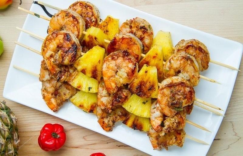 Шашлычки из креветок и ананасов. Ингредиенты: 20-25 очищенных креветок 2 дольки ананаса 1 жгучий кра
