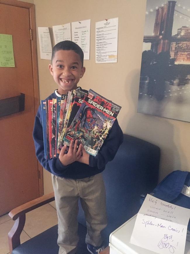 © cessiguess / twitter.com  Мальчик— фанат комиксов про Человека-паука, ионполучил подарок