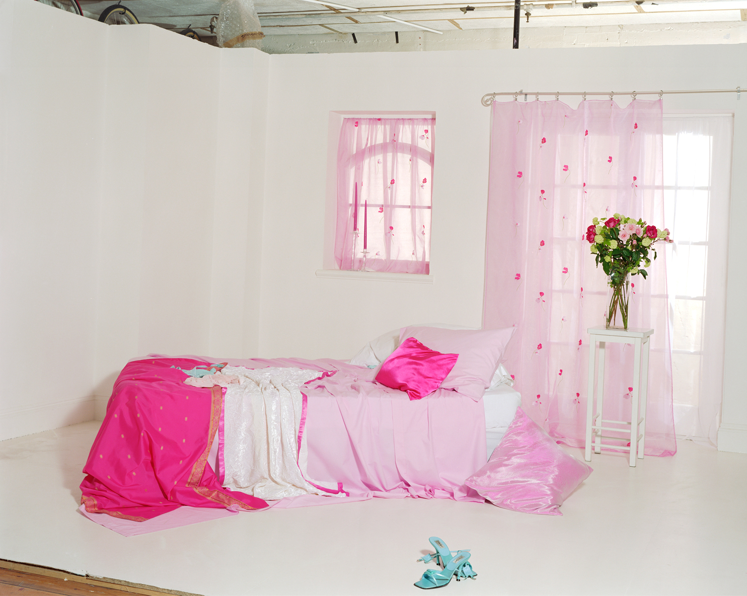 Сцена с расправленной кроватью.